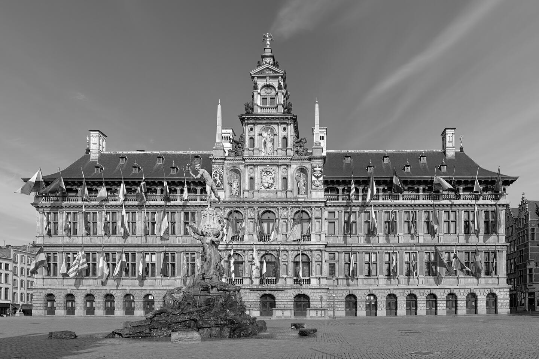 Das Rathaus am Grote Markt mit dem Brabo-Brunnen im Vordergrund