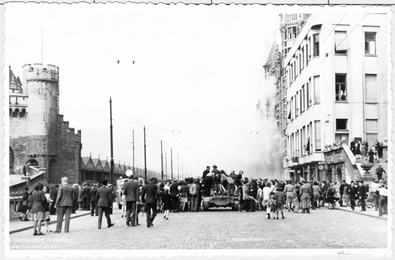 "Panzer auf den Kais neben ""Het Steen"""