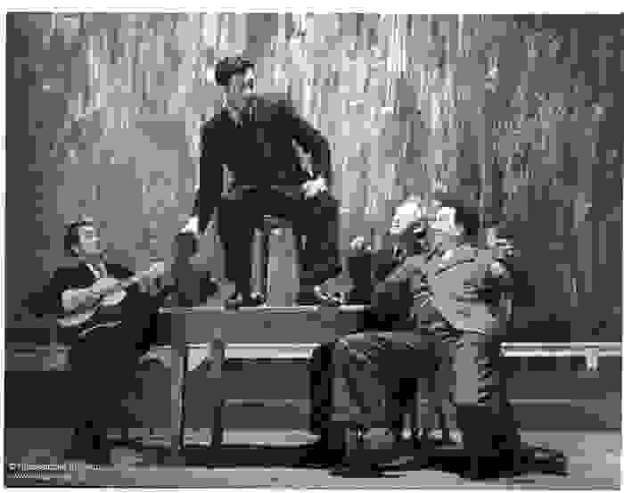 """Schauspieler auf der Bühne bei der Aufführung des Stücks """"Het spel van Dr. Faust"""""""