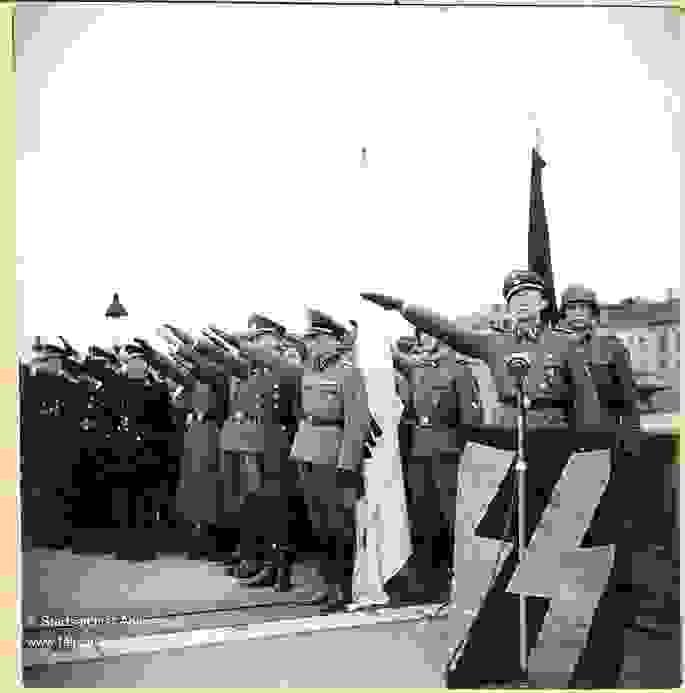 Flämische Mitglieder der SS machen den Hitlergruß in Antwerpen