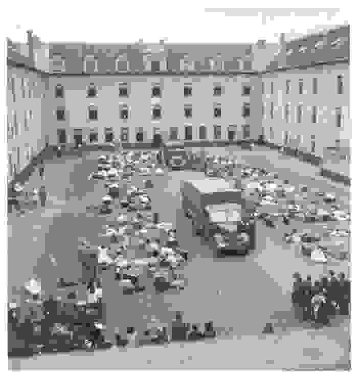 Besitztümer liegen im Innenhof der Kaserne Dossin, in der Mitte steht ein Lkw