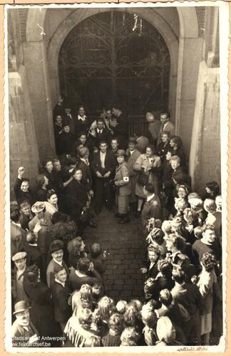 Entlassene Gefangene vor dem Eingang des Gefängnisses