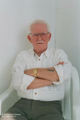 Foto des niederländischen Juden Emile Vos. Auf seinem Arm befindet sich eine Tätowierung aus dem Lager.