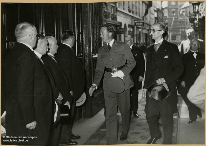 Camille Huysmans schüttelt 1938 König Leopold III die Hand